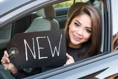 Muchacha adolescente que conduce el coche Foto de archivo libre de regalías