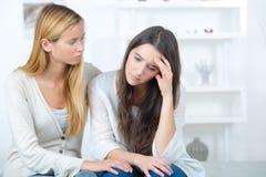 Muchacha adolescente que consuela al amigo triste Foto de archivo libre de regalías
