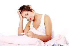 Muchacha adolescente que controla la prueba embarazada. Fotos de archivo libres de regalías