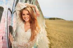 Muchacha adolescente que cuelga hacia fuera en la playa Imagen de archivo