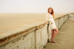 Muchacha adolescente que cuelga hacia fuera por la playa Imagen de archivo libre de regalías