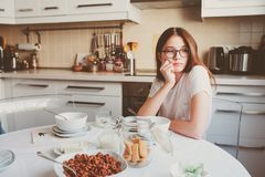 muchacha adolescente que desayuna en casa Foto de archivo