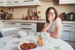 muchacha adolescente que desayuna en casa Imagenes de archivo