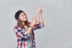 Muchacha adolescente que destaca en el espacio vacío de la copia Imagen de archivo libre de regalías