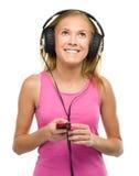 Muchacha adolescente que disfruta de música usando los auriculares Foto de archivo