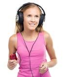 Muchacha adolescente que disfruta de música usando los auriculares Fotos de archivo libres de regalías