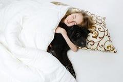 Muchacha adolescente que duerme con el perro Fotografía de archivo libre de regalías