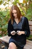 Muchacha adolescente que envía el mensaje de texto Imagen de archivo libre de regalías