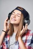 Muchacha adolescente que escucha disfrutando de música Foto de archivo libre de regalías