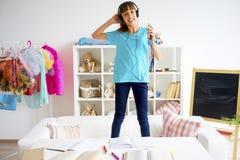 Muchacha adolescente que escucha la música Fotografía de archivo