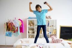 Muchacha adolescente que escucha la música Foto de archivo libre de regalías
