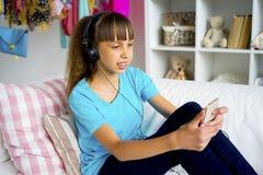 Muchacha adolescente que escucha la música Imagenes de archivo