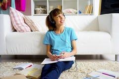 Muchacha adolescente que escucha la música Fotografía de archivo libre de regalías