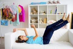 Muchacha adolescente que escucha la música Imágenes de archivo libres de regalías