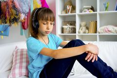 Muchacha adolescente que escucha la música Foto de archivo