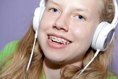 Muchacha adolescente que escucha la música Fotos de archivo