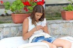 Muchacha adolescente que escucha la música Imagen de archivo libre de regalías