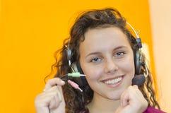 Muchacha adolescente que escucha la música con los auriculares Fotos de archivo libres de regalías