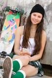 Muchacha adolescente que escucha la música Fotos de archivo libres de regalías