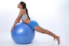 Muchacha adolescente que estira en bola del ejercicio Fotografía de archivo