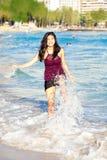Muchacha adolescente que golpea con el pie en las ondas en Waikiki, Honolulu, Hawaii Fotografía de archivo libre de regalías