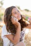 Muchacha adolescente que habla en el teléfono al aire libre Imagenes de archivo