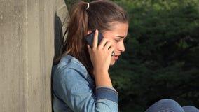 Muchacha adolescente que habla en el teléfono celular Imagen de archivo libre de regalías