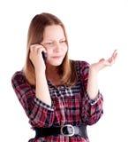 Muchacha adolescente que habla en el teléfono móvil y vuelta a enviar Fotografía de archivo libre de regalías