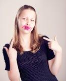 Muchacha adolescente que hace caras divertidas Fotos de archivo