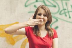 Muchacha adolescente que hace caras divertidas Imágenes de archivo libres de regalías