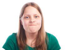 Muchacha adolescente que hace caras divertidas en el fondo blanco Imagen de archivo