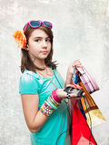 Muchacha adolescente que hace compras emocionada y preguntada. Fotografía de archivo libre de regalías