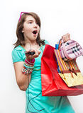 Muchacha adolescente que hace compras emocionada y preguntada. Foto de archivo