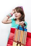 Muchacha adolescente que hace compras emocionada y preguntada. Imagen de archivo libre de regalías