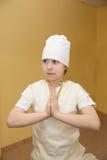 Muchacha adolescente que hace ejercicio de la yoga en gimnasio Imagenes de archivo