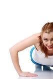 Muchacha adolescente que hace ejercicios en el suelo. Foto de archivo libre de regalías