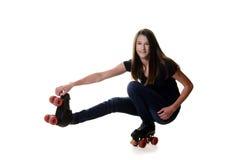 Muchacha adolescente que hace el lanzamiento el movimiento del patín de ruedas del pato Fotos de archivo libres de regalías