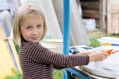 Muchacha adolescente que hace el quehacer doméstico Fotografía de archivo libre de regalías
