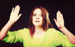 Muchacha adolescente que hace gesto de la parada en negro Foto de archivo