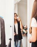 Muchacha adolescente que hace la foto con la cámara móvil en tienda Imágenes de archivo libres de regalías