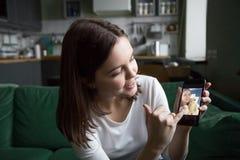 Muchacha adolescente que hace la llamada video o videoblog que habla de smartphone Imagenes de archivo