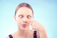 Muchacha adolescente que hace muecas Fotos de archivo