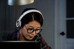 Muchacha adolescente que hace su preparación en línea Imagenes de archivo