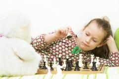 Muchacha adolescente que juega a ajedrez Foto de archivo libre de regalías