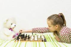 Muchacha adolescente que juega a ajedrez Foto de archivo