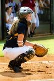 Muchacha adolescente que juega a beísbol con pelota blanda imagen de archivo libre de regalías