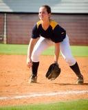 Muchacha adolescente que juega a beísbol con pelota blanda fotografía de archivo