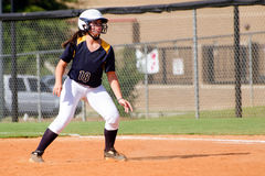 Muchacha adolescente que juega a beísbol con pelota blanda fotos de archivo