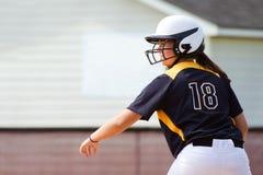Muchacha adolescente que juega a beísbol con pelota blanda Foto de archivo libre de regalías