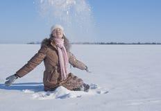 Muchacha adolescente que juega con nieve Imagen de archivo